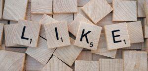 Mosaico de letras formando a palavra LIKE